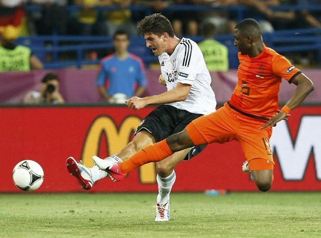 Mario Gomez střílí přes obrannou snahu Jetra Willemse druhý gól do sítě Nizozemska
