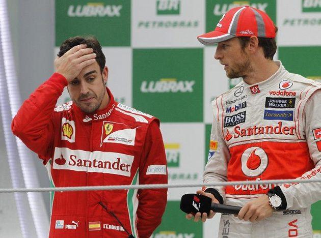 Fernando Alonso (vlevo) udělal pro titul maximum, ale nakonec ani druhé místo nestačilo. Vpravo vítěz z Brazílie Jenson Button.
