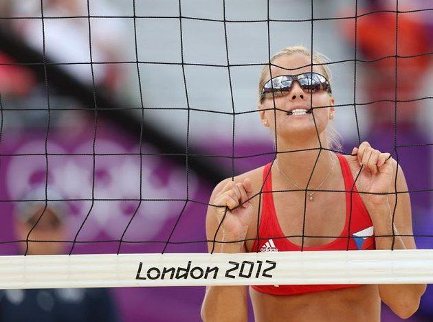 Plážová volejbalistka Markéta Sluková hryže do sítě po zkaženém míči v osmifinále olympijského turnaje.