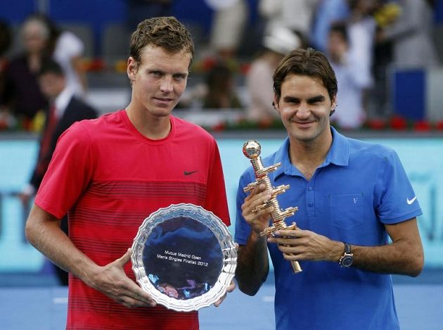 Vítěz finále v Madrid Roger Federer (vpravo) a poražený Tomáš Berdych