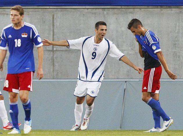 Útočník Bosny a Hercegoviny Vedad Ibiševič se raduje ze vstřelení branky v kvalifikačním utkání proti Lichtenštejnsku.