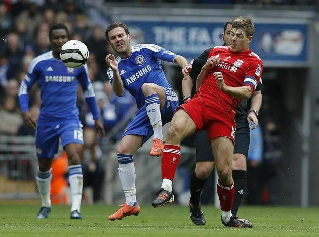 Juan Mata z Chelsea (vlevo) v souboji s liverpoolským kapitánem Stevenem Gerrardem.