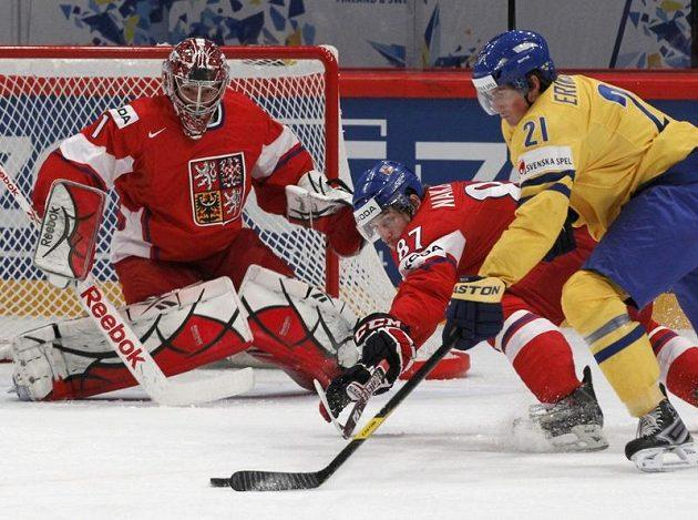 Český brankář Jakub Kovář sleduje Švéda Erikssona, v souboji s ním bojuje Jakub Nakládal.