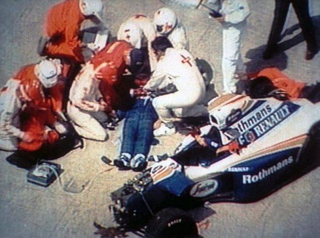 Snaha o záchranu Ayrtona Senny byla v Imole marná...