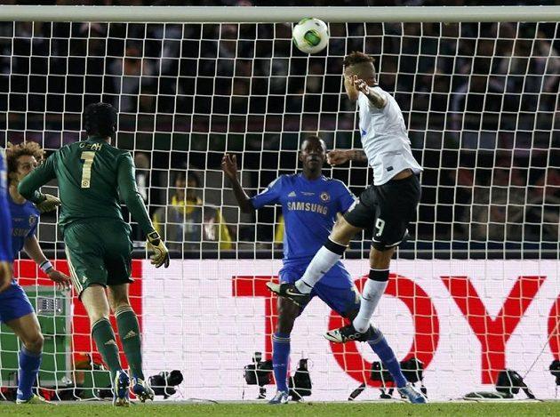 Guerroro posílá míč do branky a Čech jen bezmocně přihlíží.