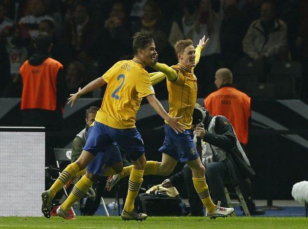 Radost švédských fotbalistů ze vstřelení gólu proti Německu. Vlevo obránce Mikael Lustig.