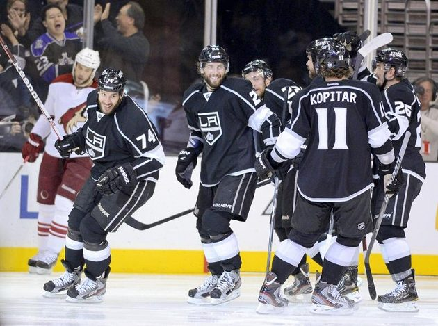 Hokejisté Kings se radují z gólu Dwighta Kinga (vlevo), který rozhodl třetí finále Západní konference NHL.