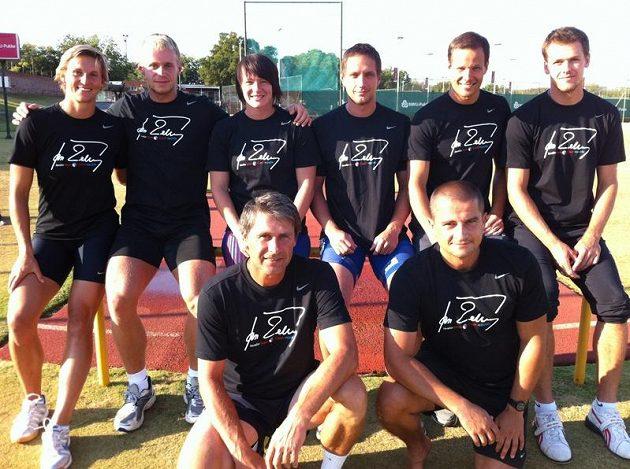 Kompletní tréninková skupina Jana Železného, trička všem jejím členům nechala vyrobit Barbora Špotáková.