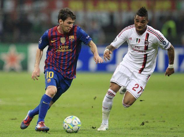 Barcelonský Lionel Messi prchá kolem Kevina-Prince Boatenga z AC Milán ve čtvrtfinále Ligy mistrů.