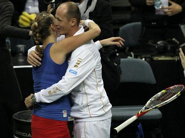 Česká tenistka Petra Kvitová se objímá s kapitánem fedcupového týmu Petrem Pálou po vítězství nad Jelenou Jankovičovou.