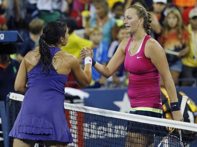 Petra Kvitová (vpravo) blahopřeje své přemožitelce Marion Bartoliové z Francie k postupu do čtvrtfinále US Open