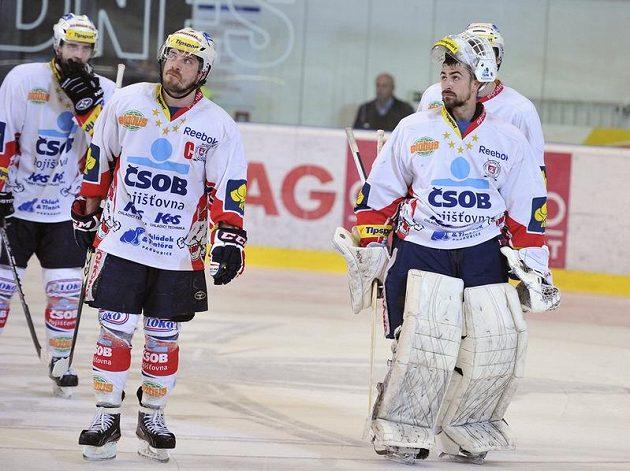 Zklamaní hokejisté Pardubic po porážce ve třetím finálovém duelu v Brně. Vpravo brankář Martin Růžička.