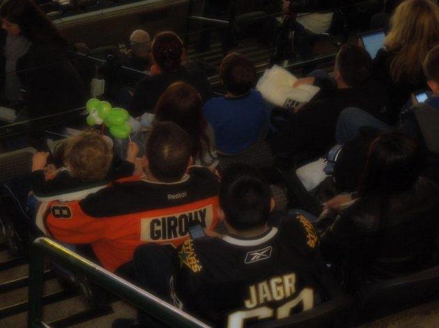 Jágr a Giroux opět spolu. Alespoň na tribuně díky dvěma fanouškům.