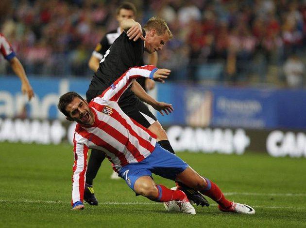 Plzeňský obránce David Limberský (v tmavém) v souboji s Adriánem Lópezem z Atlétika Madrid.