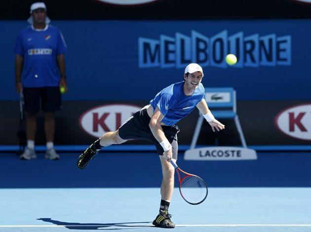 Ivan Lendl v dresu Baníku Ostrava pozoruje, jak na tréninku podává jeho svěřenec Andy Murray.