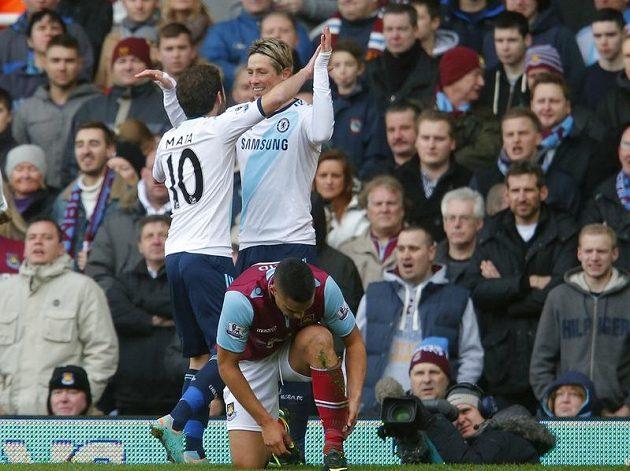 Juan Mata (vlevo) z Chelsea oslavuje se spoluhráčem Torresem gól do sítě West Hamu.