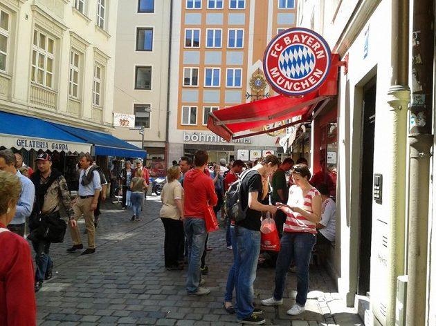 Velká fronta byla u Fan shopu Bayernu v centru města