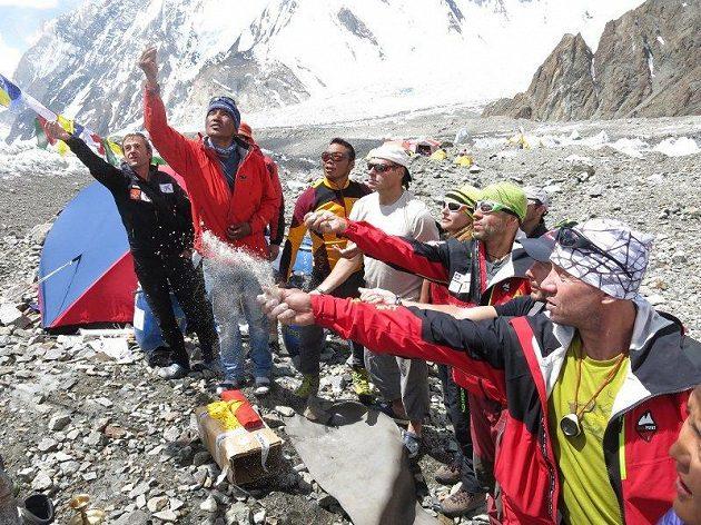 Bohové byli nakloněni. Zprava Petr Mašek, Jan Trávníček a Radek Jaroš při tradičním obřadu púdža v základním táboře pod K2.