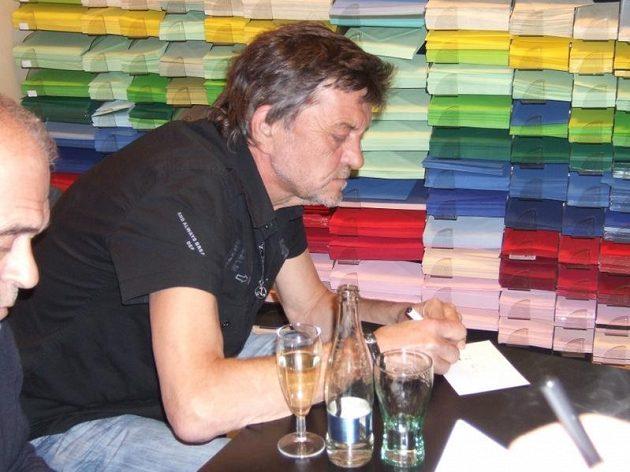 Zdeněk Pavlis během autogramiády.