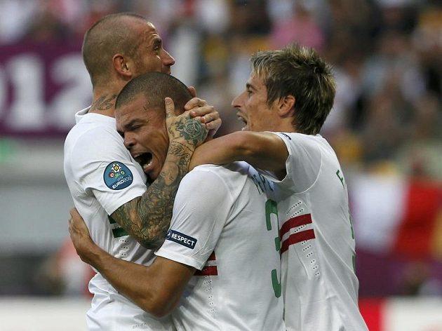Pepému (uprostřed) gratulují ke gólu spoluhráči Raul Meireles (vlevo) a Fabio Coentrao.