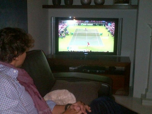 Rafael Nadal drží palce svým krajanům ve finále Davisova poháru, kvůli potížím s koleny nakonec fandil jen na dálku u televize.