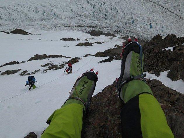 Radek Jaroš shlíží na své expediční kolegy Jana Trávníčka a Petra Maška při postupu do druhého postupového tábora na K2.