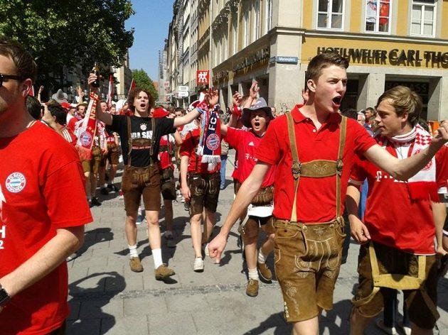 Fanoušci Bayernu pžicházejí na Marien Platz v centru Mnichova