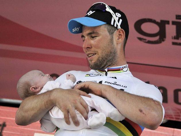 Vítěz 5. etapy Mark Cavendish si na stupních užil oslavu triumfu i se svou malou dcerkou Delilah Grace.