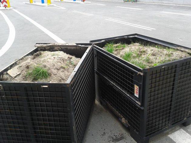 Místo tréninku českých fotbalistů se na Národním stadiónu ve Varšavě vyměňoval trávník.
