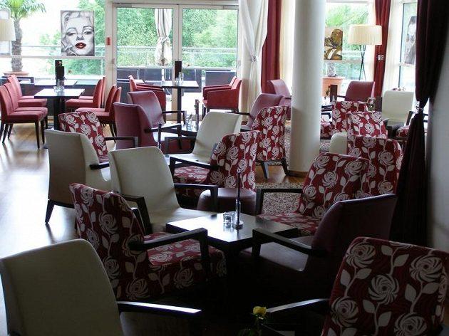 Kavárna vedle hotelové recepce.
