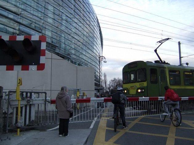 Zastavit stát - pod tribunu moderního dublinského stadiónu právě přijíždí vlak.