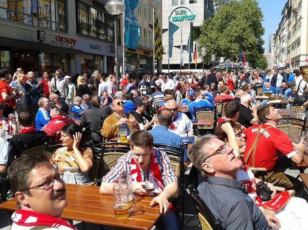 Fanoušci Chelsea sledovali juchající mnichovské protějšky ze strategtických pozic u sklenic piva