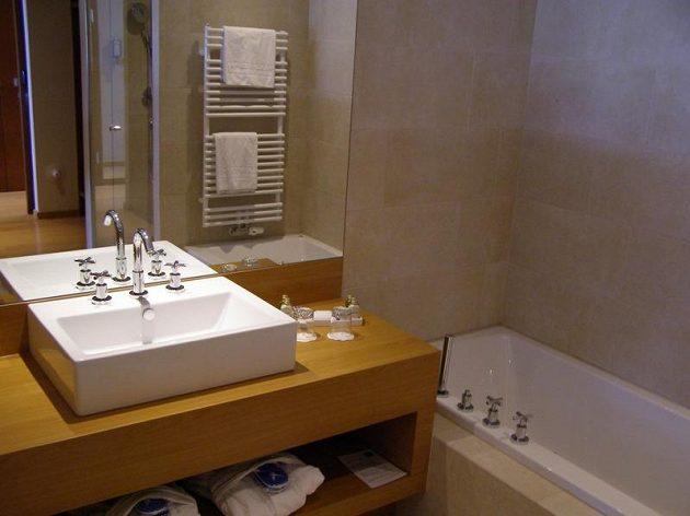 Koupelna v hotelovém pokoji, kde se bude Bílkův tým chystat na ME.