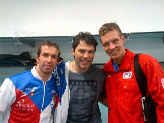 Vítězové Davis Cupu Radek Štěpánek (vlevo) a Tomáš Berdych. Mezi nimi hokejista Jaromír Jágr.