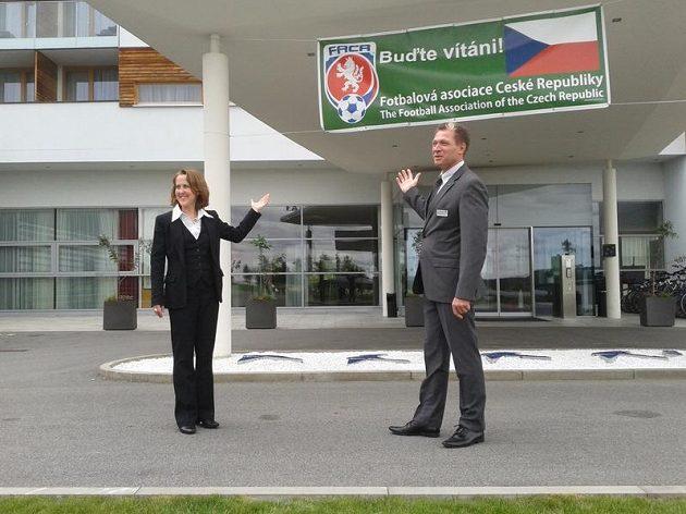 Christine Lindová (manažerka hotelu) a Günther Zimmel (ředitel) ukazují, že vše pro příjezd české fotbalové reprezentace je nachystané.