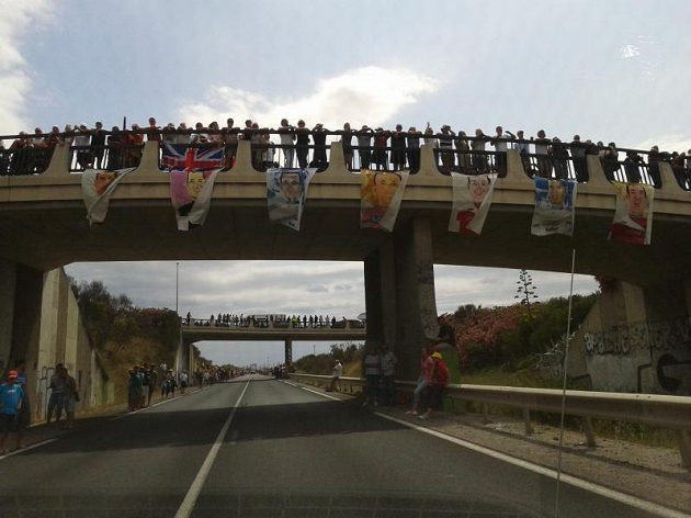 Trasa Tour de France je v obležení fanoušků ať se jede na rovině nebo v kopcích.