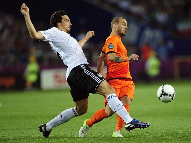 Nizozemský záložník Wesley Sneijder (vpravo) bojuje o míč s Matsem Hummelsem z Německa