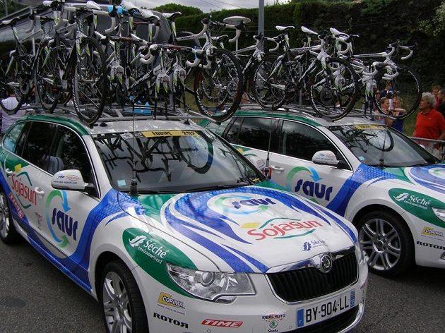 Rezervní kola osmdesáti procent týmů přepravují vozy mladoboleslavské automobilky.