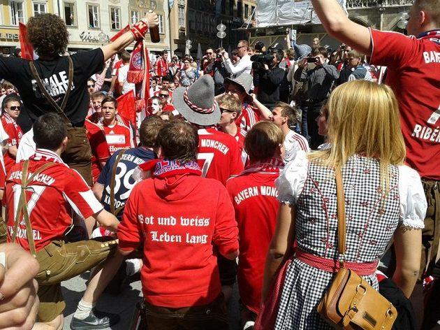 Nejslavnějším mnichovským náměstím zněly slogany Bayernu