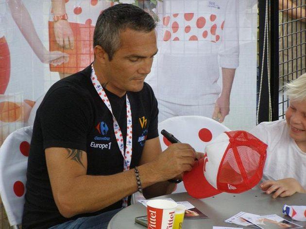 Richard Virenque rozdává podpisy na startu jedné z etap Tour de France.