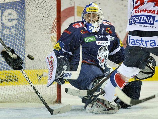 Liberecký brankář Marek Pinc sleduje puk v semifinálovém utkání proti Pardubicím.