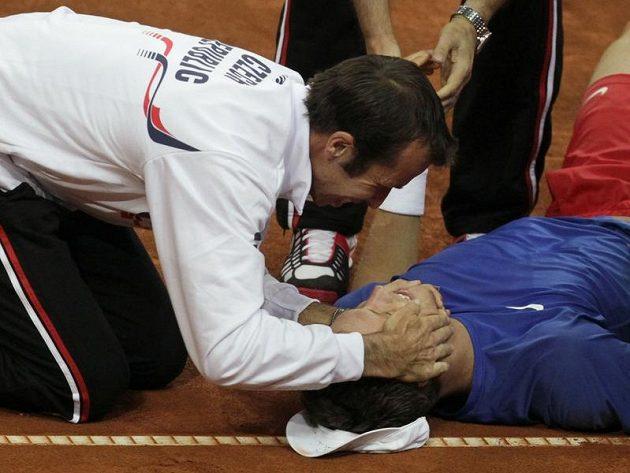 Radek Štěpánek (vlevo) se raduje společně s Tomášem Berdychem z postupu do semifinále Davis Cupu.