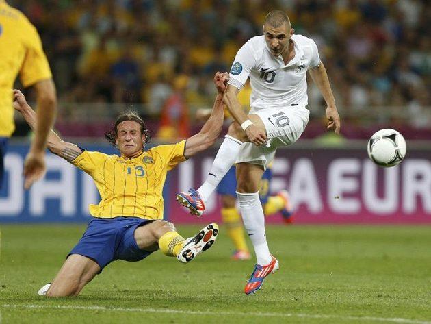 Švéd Jonas Olsson se snaží zastavit francouzského forvarda Karima Benzemu