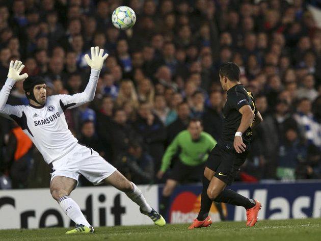 Barcelonský Alexis Sánchez přelobovává brankáře Chelsea Petra Čecha.