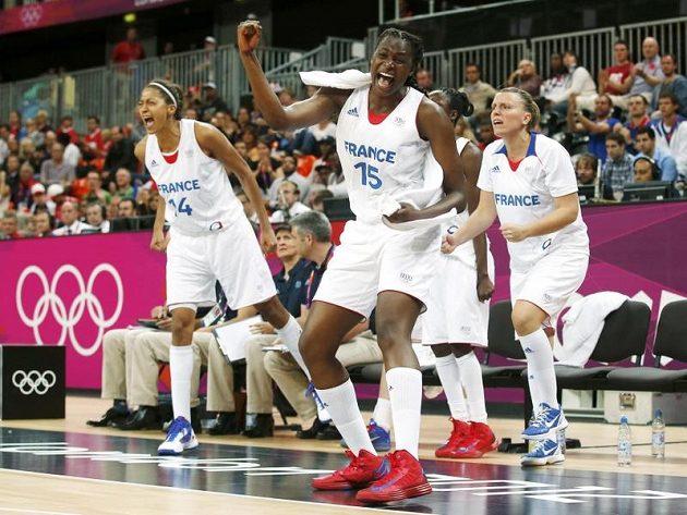 Postupová radost francouzských basketbalistek po výhře nad českým týmem ve čtvrtfinále OH.