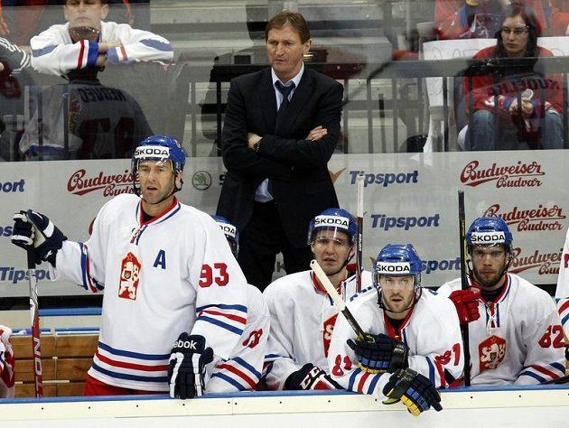 Trenér Alois Hadamczik na střídačce českého národního týmu.