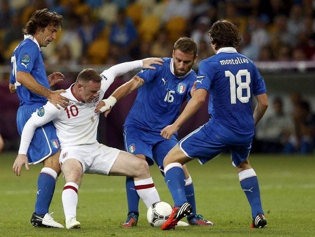 Anglický střelec Wayne Rooney bojuje s přesilou italských protihráčů
