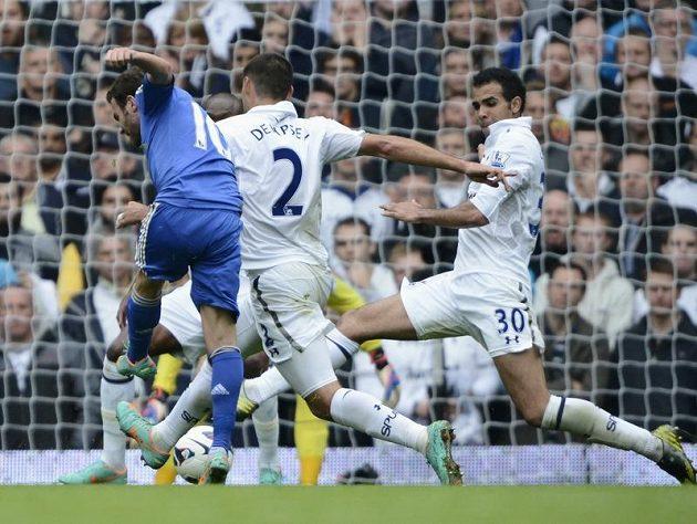 Juan Mata z Chelsea střílí gól v londýnském derby proti Tottenhamu