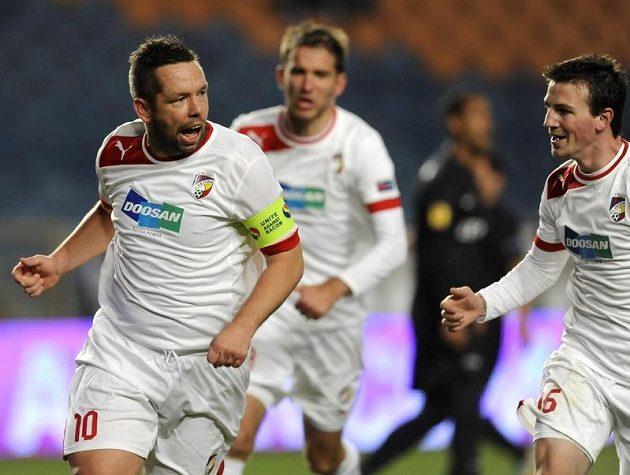 Plzeňský kapitán Pavel Horváth (vlevo) se raduje z gólu do sítě Coimbry.