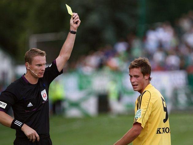 Střížkovský Janda inkasuje žlutou kartu od rozhodčího Jecha.